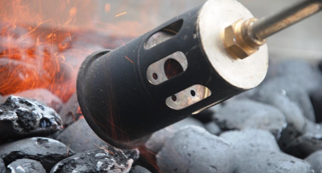 Grill mit Lötlampe anzünden